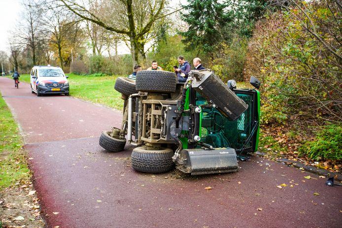 Grasmaaier belandt op zijkant na ongeluk met gaspedaal aan de Dillenburgstraat in Eindhoven.