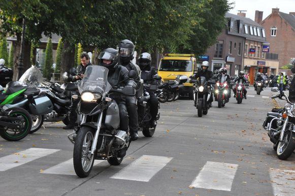 De motorrijders verzamelen aan het Dorpsplein op Moerzeke.