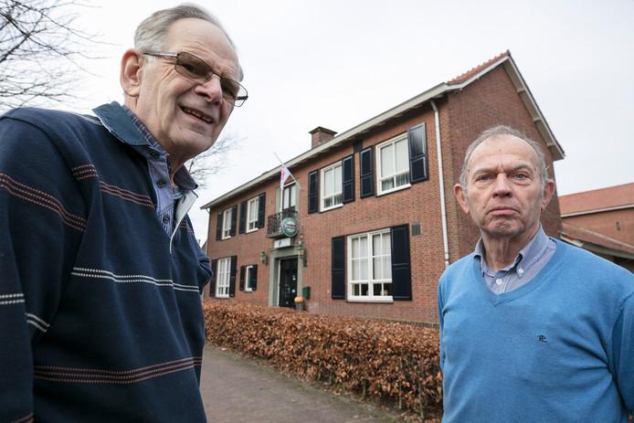 Secretaris Bart Vissers en voorzitter Frans Bertens voor Dorpshuis De Vorselaer in Biezenmortel. Een onderzoek naar de toekomst van dat gemeenschapshuis gat binnenkort van start.