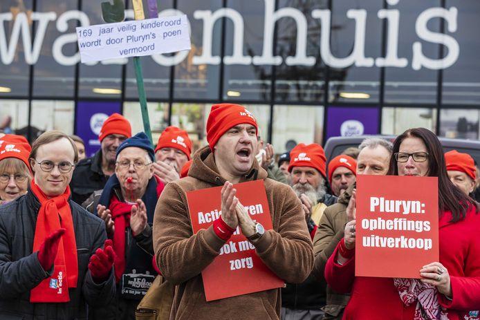 Protest afgelopen januari door tientallen medewerkers van de Hoenderloo Groep bij hoofdkantoor Pluryn. Zij zijn boos om de sluiting van Hoenderloo Groep.