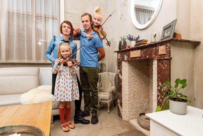 Karen Caillieu en haar man Kevin Robyn hebben er een dure maand opzitten. Enerzijds alles voor school en anderzijds nieuwe violen voor de hobby's van hun dochters Jill en June.