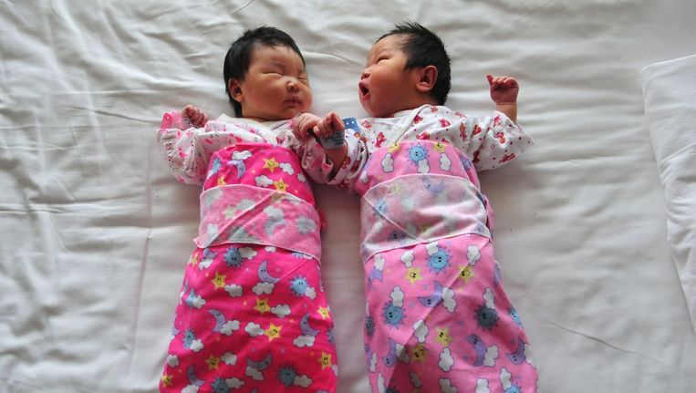 Twee Chinese pasgeboren kinderen. Beeld afp