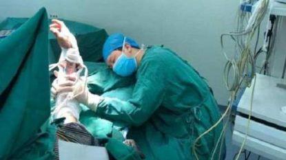 FOTO: Chinese chirurg valt na 20 uur werken en zes ingrepen in slaap in operatiekamer