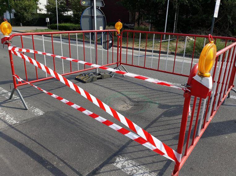 Er staan nu hekken rond de wegverzakking zodat chauffeurs hun wagen niet beschadigen.