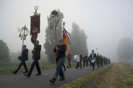 In Waspik (Noord-Brabant) heeft het dauwtrappen nog een religieus karakter en gaat de harmonie voorop in de processie.