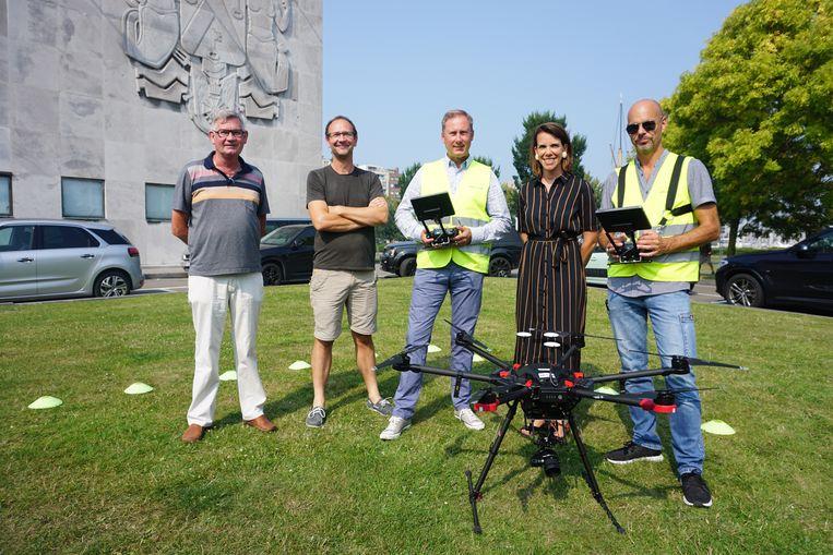 Het stadsbestuur schakelt drones in om meeuwennesten in kaart te brengen. (vlnr) Jacky Dereu van de milieudienst, Claude Velter van het Vogelopvangcentrum Oostende, Stefaan Degryse van IIAP, schepen Silke Beirens (Groen) en dronepiloot Jeroen Mortier.