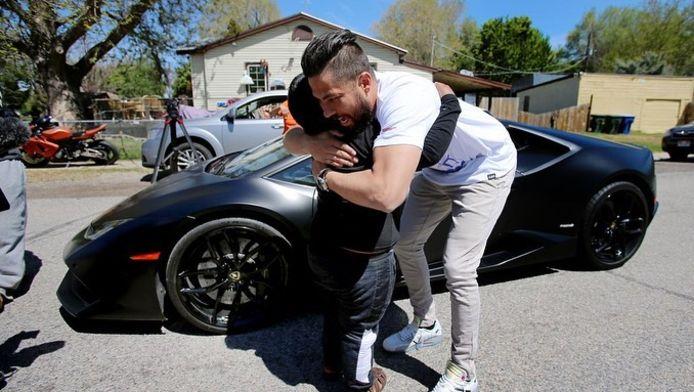 De vijfjarige Adrian omhelst zijn held Jeremy Neves nadat hij een rondje mee mocht rijden in een echte Lamborghini.