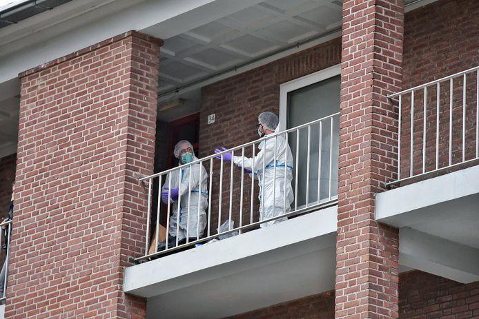 Onderzoeksteam met witte pakken ter plaatse in Tilburg.