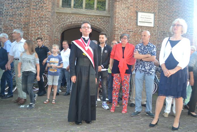 Pastoor David van Dijk met gildesjerp na afloop van zijn afscheidsviering