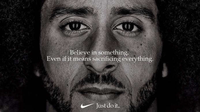 Footballspeler Colin Kaepernick is de centrale figuur in de nieuwe reclamecampagne van Nike.