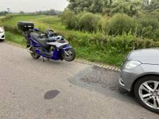Frontale botsing op de IJsseldijk bij Oene: scooterrijder naar het ziekenhuis