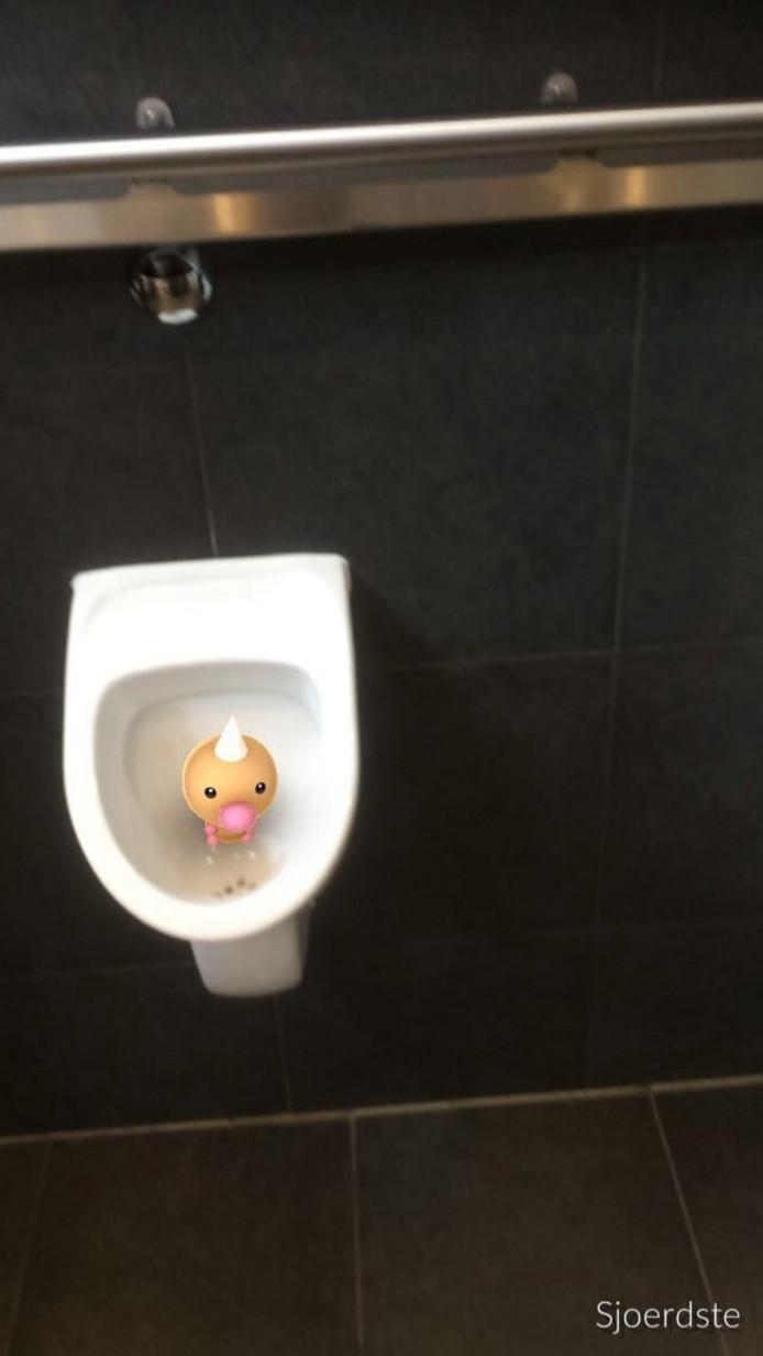Weedle in het urinoir van café De Kruup.