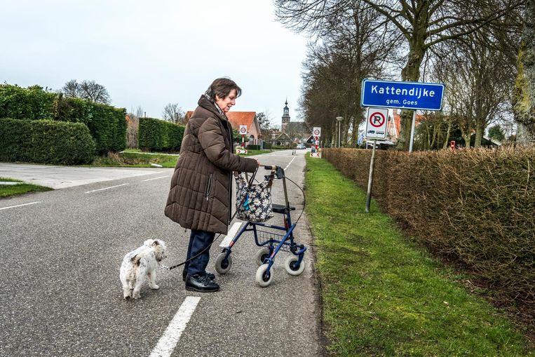 Een vrouw maakt een wandeling in Kattendijke. Beeld Raymond Rutting
