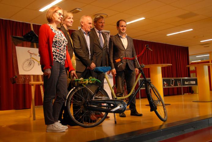 De 12.500ste fiets voor het ANWB Kinderfietsenplan is een feit! V.l.n.r. Gaby van den Biggelaar(Stichting Leergeld Nederland), Sanne van den Rotten(ANWB), Jan Wezendonk(Nationaal Fonds Kinderhulp), Frits van Bruggen(ANWB) en wethouder Ufuk Kâhya.