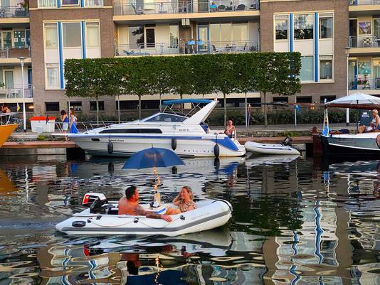 Liefdesbootje op het water.