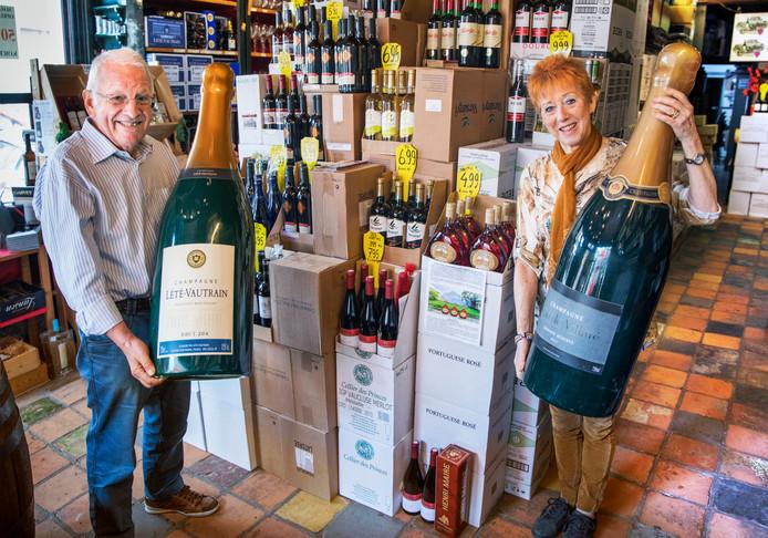 Gommair en Anja Schouten hebben nog een voorraad van ongeveer 10.000 flessen. Deze wordt nu in de winkel en in kleine partijen met hoge kortingen verkocht.