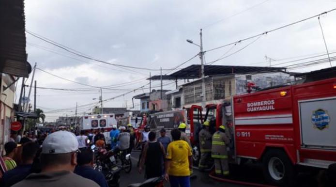 Brandweer en hulpdiensten bij de plaats van de brand.