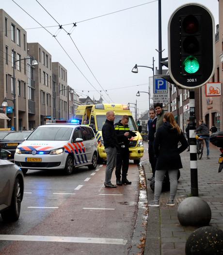 Vrouw bij oversteken gewond door scooter