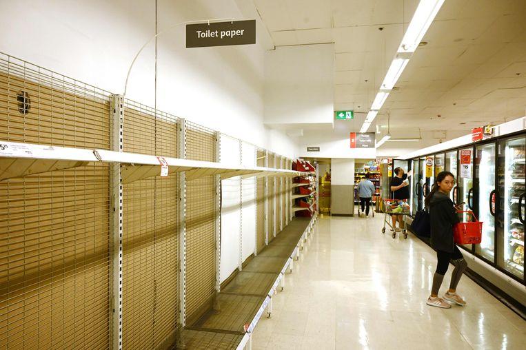 De schappen met toiletpapier zijn leeg in deze supermarkt in Sydney.