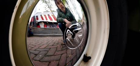 Liefhebbers van luchtgekoelde Volkswagens samen op Tongerloplein in Roosendaal