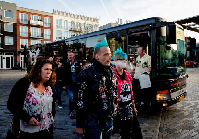 Gedaagden komen met de bus aan bij de rechtbank waar de rechtszaak rond de A7-blokkade in Leeuwarden wordt behandeld.