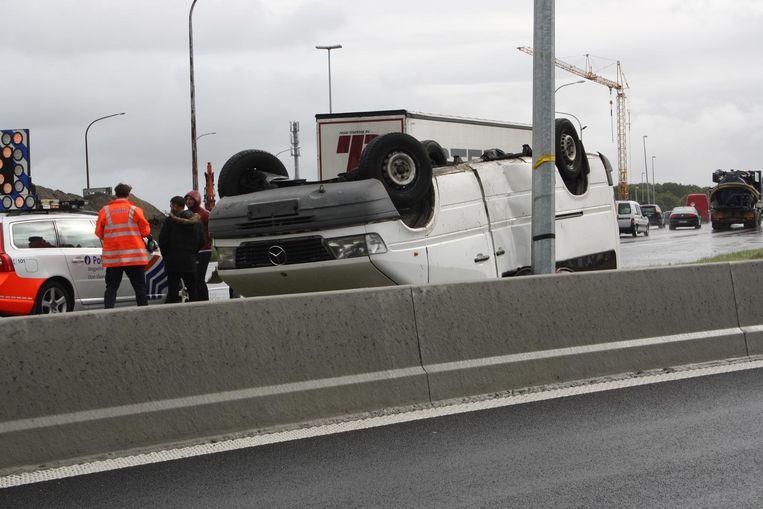 De bestelwagen ging over de kop en kwam tot stilstand tegen een paal.