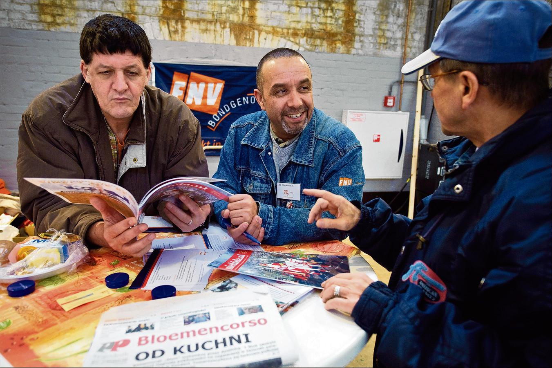 Poolse arbeiders op de Poolse Banenbeurs in de Westergasfabriek in Amsterdam. De beurs werd georganiseerd door vakbond CNV Hout en Bouw om Polen te informeren over hun rechten, plichten en het vinden van werk via bonafide uitzendbureaus.