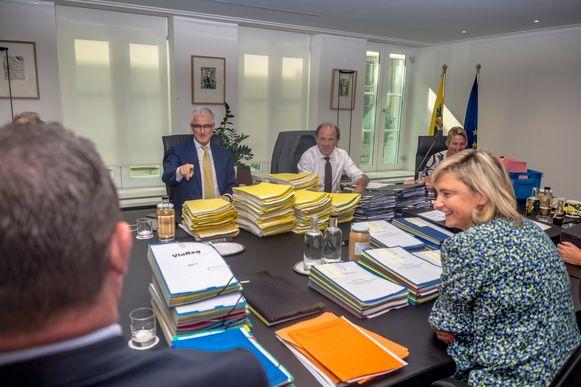 De Vlaamse regering gistervoormiddag, bij de start van de ministerraad die tot diep in de nacht duurde.