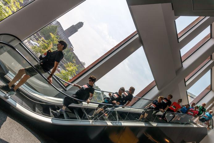 De Urban Trail Run leidt hardlopers ook door bioscoop Pathé, helemaal naar boven per trap.