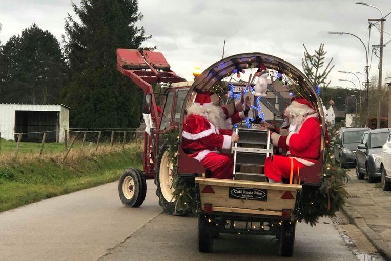 De kerstmannen trekken al enkele jaren op Kerstdag door de straten van Oordegem en Smetlede.