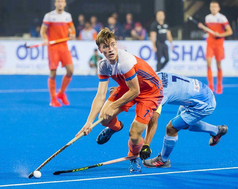 Jorrit Croon met Manpreet Singh  tijdens kwartfinale tussen India en Nederland. Beeld ANP