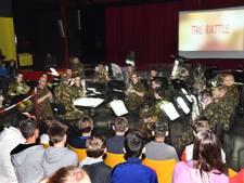 Muziekorkest helpt Vlissingse scholieren bij les over defensie