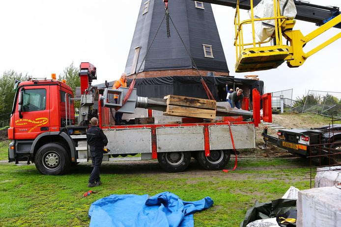 De wiekenas arriveerde afgelopen weekeinde in Vinkel. De as is een van de belangrijkste onderdelen van de molen.