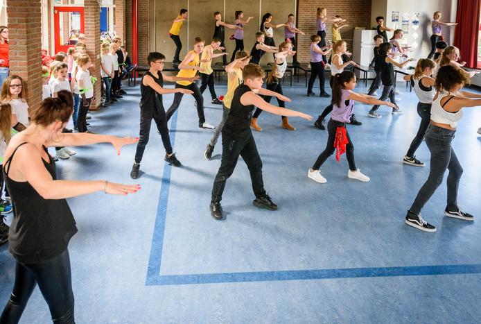 EINDHOVEN - Basisschool St. Antonius Abt in Acht. Generale repetitie van leerlingen voor hun optreden in het Parktheater.