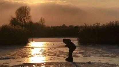 Zoontje (7) van Doutzen Kroes stapt voor het eerst op Friese doorlopers op het ijs