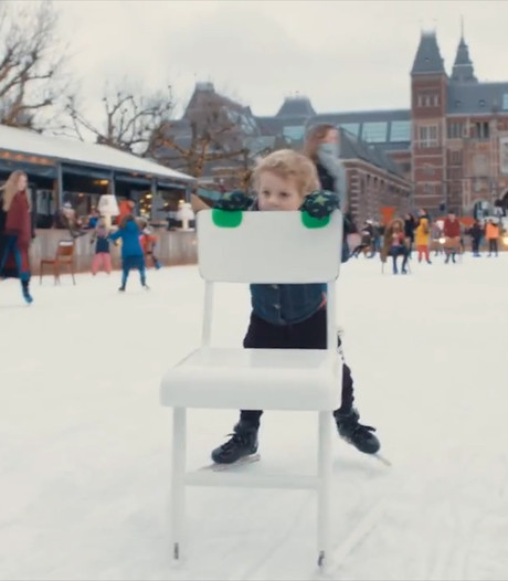 Nostalgisch leren schaatsen achter een hightech stoel