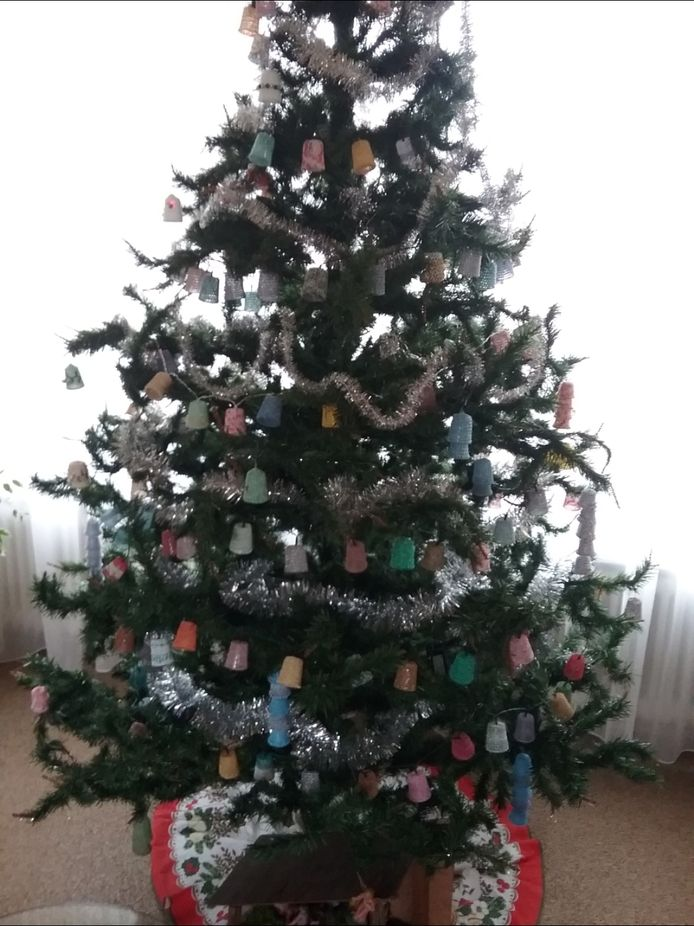 Mieke Willemsen uit Cuijk: 'Hier mijn eigen boom zonder kerstballen. In coronatijd heb ik veel gehaakt. Van koffiecups en kleine medicijnenbekertjes zelf klokjes gemaakt.