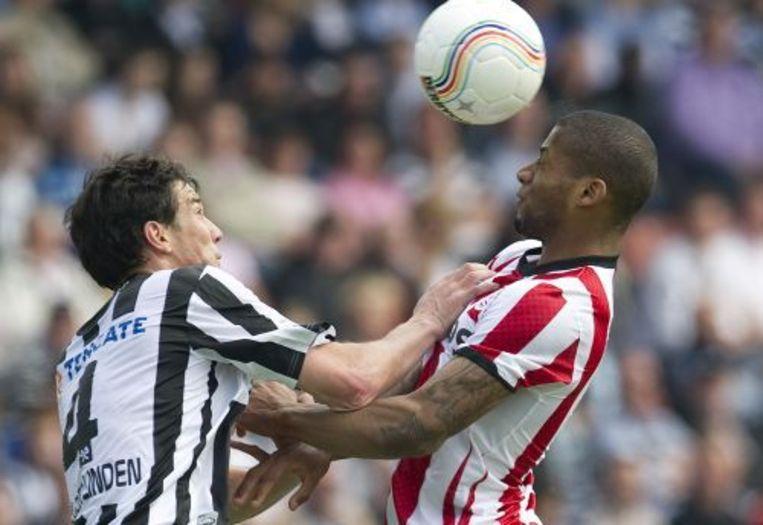 PSV-speler Jeremain Lens (R) in duel met Antoine van der Linden (L) van Heracles. ANP Beeld