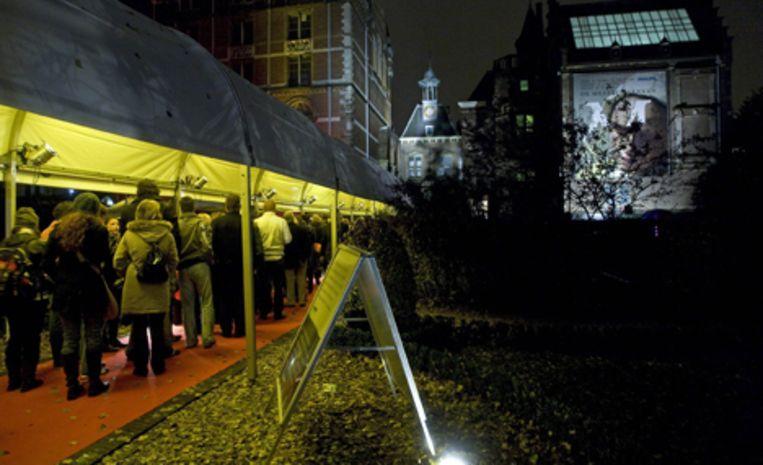 Bezoekers staan in de nacht van zaterdag op zondag in de rij voor het Rijksmuseum in Amsterdam. Foto ANP/Evert Elzinga Beeld