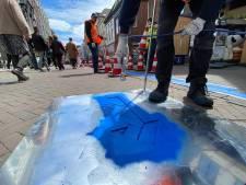 Blauwe lijnen en pijlen: Kampen richt binnenstad in op 1,5 meter afstand
