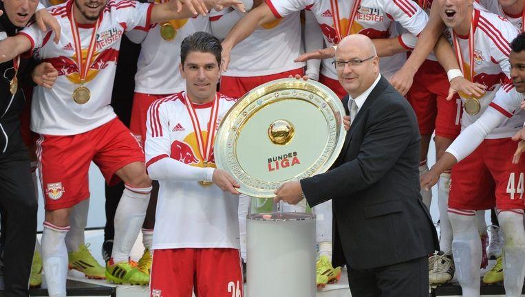 Jonathan Soriano (l) vierde als aanvoerder van Red Bull Salzburg ook de Oostenrijkse titel.