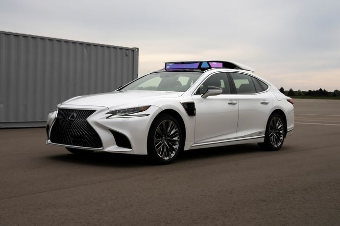 Pratt en zijn team testen onder meer met deze Lexus LS voorzien van peperdure camera's en lidar-sensoren