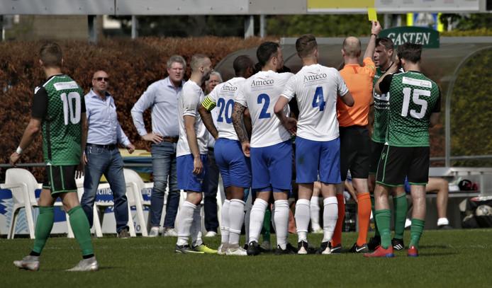 Trainer Joop Gall (links) bekijkt van een afstandje hoe iemand van Capelle een gele kaart krijgt.