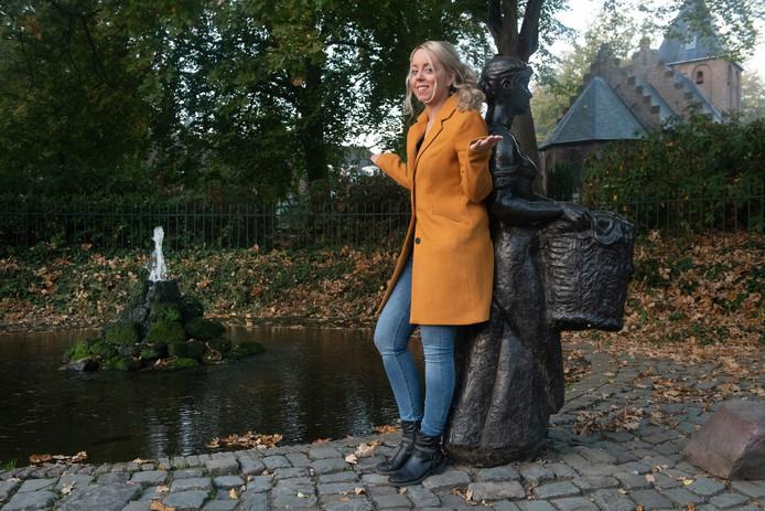 PvdA-fractieleidster Lesley Albers bij de 'halve fontein' in Beek.