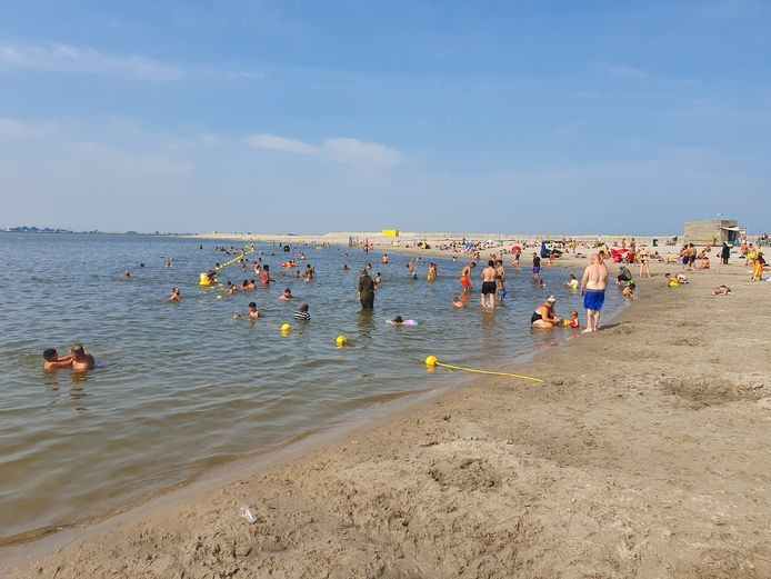 Strand op IJburg.