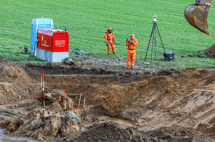 Medewerkers van de EOD onlangs bij het onderzoek naar de V1 bij Deventer.