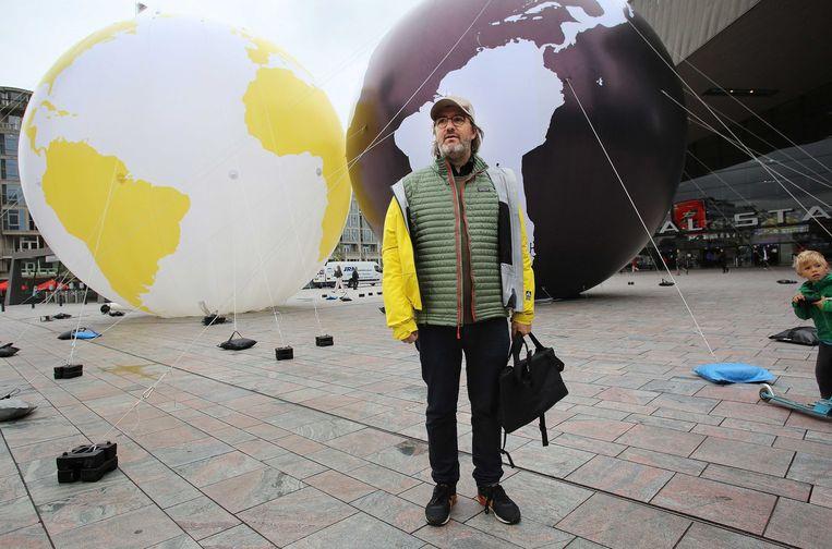 Kunstenaar Olafur Eliason voor de proefopstelling. Beeld Arie Kievit