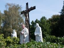 Het Culemborgse Christusbeeld: gesneuveld in een storm, in stukken gebroken, maar nu weer op z'n plek