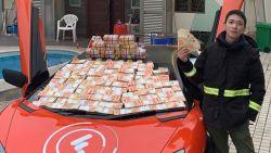 Duizenden bankbiljetten dwarrelen naar beneden in straatarme buurt