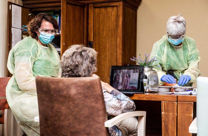 Zorgmedewerkers aan het werk in een verzorgingshuis.